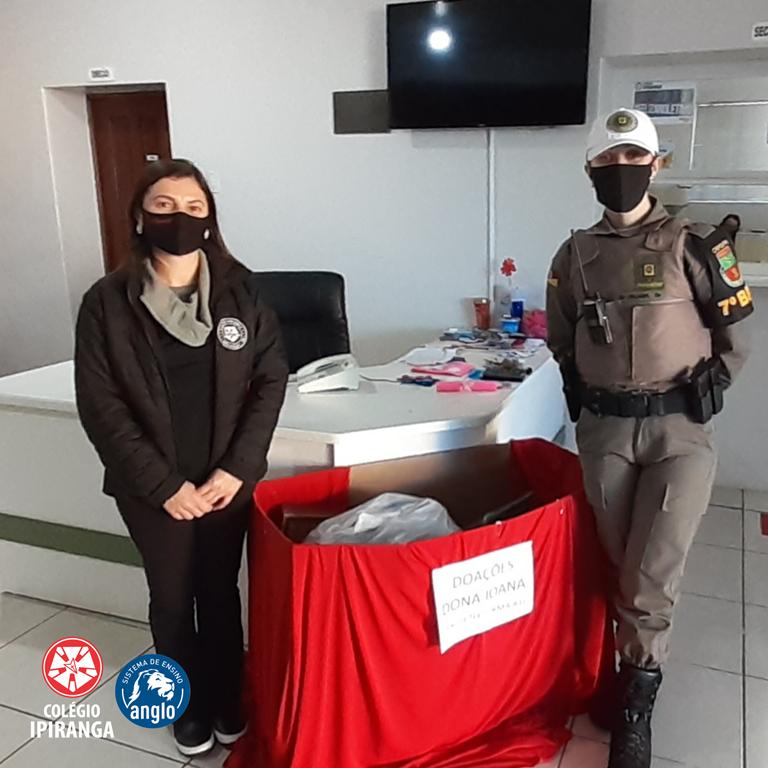 Alunos do Colégio Ipiranga, com a ajuda do 7º BPM, fazem doação em favor de Dona Joana.